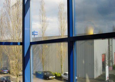 Bedrijfspand met glasfolie in Hoofddorp